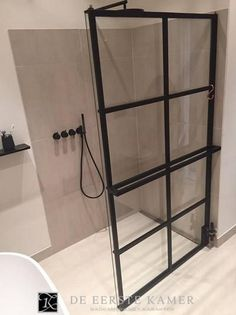 (De Eerste Kamer badkamers) Gave stalen douchewand met radiatorfunctie van DEK design.