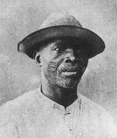 Escravo de origem iorubá (grupo étnico da África Ocidental),   com escoriações características.   Foto de 1885, Coleção Tempostal, Salvador.    :: Identidade 85
