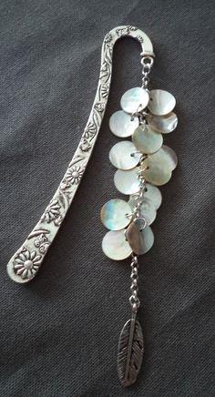 Marque pages en métal argenté motif fleurs agrémenté de sequins nacrés et d'une plume : Marque-pages par plumecreative