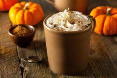 Découvrez comment faire un café latte à la citrouille épicée (pumpkin spice latte) à la maison. Une recette facile, économie et santé!