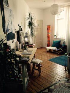 WG-Zimmer mit Holzdielenboden und Paletten-Sofa in schöner Altbauwohnung.  Wohnen in Hannover. #Hannover #WGZimmer #Paletten