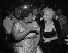 How Marilyn Monroe & Ella Fitzgerald broke the Color Barrier at the Mocambo Night Club. Photo: Marilyn Monroe with Ella Fitzgerald at the Mocambo. A popular Hollywood night club at the time that w. Marilyn Monroe, Marilyn Film, Tony Curtis, Divas, Louis Armstrong, Hollywood Night, Old Hollywood, Betty Faria, Kurt Vonnegut