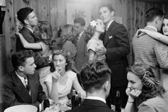 """1947 photo essay: """"TULSA TWINS: They show how much the teen-age world has changed."""" The story focused on the life of identical twins, Betty and Barbara Bounds, students of. Vivian Maier, Photos Du, Old Photos, Vintage Abbildungen, Vintage Party, Vintage Style, Vintage Glamour, Vintage Inspired, Teenage Parties"""