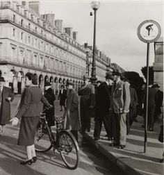 35 Interesting Vintage Photographs Capture Street Scenes of Paris in 1940