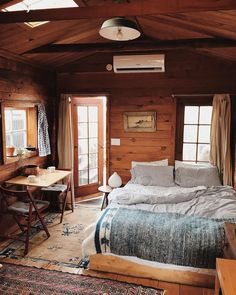Cabin interiors, cozy cabin и college bedroom decor. Cozy Cabin, Cozy House, Cabin In Woods, Mountain Cabin Decor, Cabin Chic, Winter Cabin, Cozy Cottage, Cottage Style, Cabin Interior Design