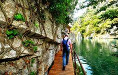 Sur le sentier des basses Gorges du Verdon se trouve ouvrage patrimonial hors du commun. Il s'agit du canal du Verdon construit entre 1865 et 1875 pour alimenter en eau potable la ville d'Aix-en-Provence. #verdon #canal #randonnée