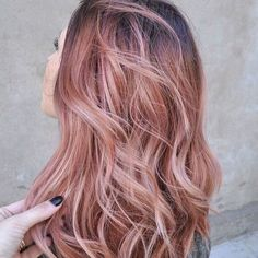 Absolutely loving the rose gold trend atm  #rosegoldhair #rosegold #hair #brisbanehairdresser #brisbanesalon #ombre #balayage #pastel #waves #repost