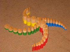 - Espace + Formes et grandeurs- Reproduire un assemblage d'objets de formes simples à partir d'un modèle + Comparer et classer des objets selon leur taille + Savoir reproduire l'organisation dans l'espace d'un nombre limité d'objets  ---- Modèles à partir des cylindres Montessori classiques