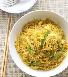 singapore chow mei fun recipe-this was excellent, better than take-out. I added some velveted chicken for a little extra something. Asian Recipes, Healthy Recipes, Chinese Recipes, Ethnic Recipes, Mei Fun Noodles, Asian Noodles, Singapore Chow Mei Fun Recipe, Oriental, Cooking Wine