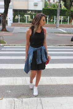 Nanda Pezzi: Vestido, camisa jeans e All Star com salto