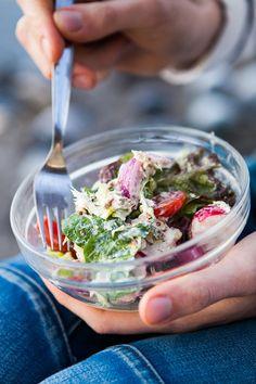 Jarní salát s makrelou a hrubozrnnou hořčicí Food Inspiration, Cabbage, Vegetables, Spring, Cabbages, Vegetable Recipes, Brussels Sprouts, Veggies, Sprouts