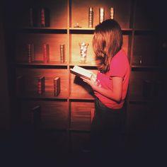casualmente lendo na Biblioteca de Hogwarts  (meu sonho) #hogwarts #school #harrypotter #library #book #magic #casadosbruxos #sp #expo