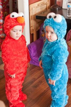 Elmo and Cookie Monster twins! Elmo Costume Toddler, Toddler Boy Halloween Costumes, Halloween Outfits, Cookie Monster Costume Toddler, Elmo Halloween Costume, Halloween Pajamas, Children Costumes, Halloween Bebes, Twin Halloween