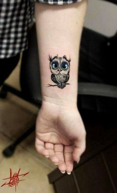 200 Photos of Female Tattoos on the Arm to Get Inspired - Photos and Tattoos - Flower Tattoo Designs - Handgelenk Tattoo Ideen süße eule - Baby Owl Tattoos, Cute Owl Tattoo, Owl Tattoo Small, Wrist Tattoos, Mini Tattoos, Body Art Tattoos, Small Tattoos, Tattoo Owl, Tattoo Baby