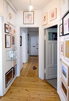 Værkerne i gangen er fra 35 forskellige kunstnere, blandt andet Husk Mit Navn, Jesper Dalgaard, Ken Kagami og Jeppe Hein.