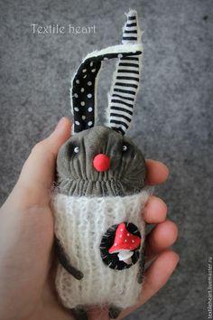 Купить или заказать Мухоморный заяц в интернет-магазине на Ярмарке Мастеров. Три в одном: заяц, клоун и мухомор ;) В карман или сумочку) ---------------------------------------------------------------- Маленькая кукла в технике 'грунтованный текстиль', наполнитель- стеклянный гранулят и комфорель. Вязаный комбинезон из мохера. Мухомор из полимерной глины.…