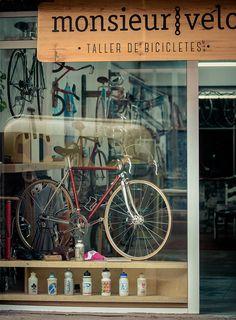display window of monsieur velo bicycle shop, barcelona | travel photography #shops