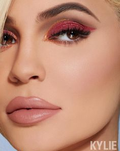 """Kylie Cosmetics on Instagram: """"LAST CHANCE to shop our holiday collection before it's gone! ❄️✨ loving this #KRISTMAS look on boss babe @kyliejenner 🛍 Tap to shop"""" Kris Jenner, Estilo Kylie Jenner, Kendall And Kylie Jenner, Khloe Kardashian, Kardashian Kollection, Robert Kardashian Jr, Celebrity Makeup Looks, Celebrity Beauty, Celebrity Style"""
