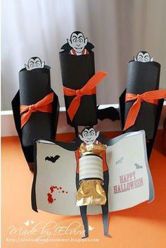 Halloween - kleine Geschenke Best Picture For diy halloween room decor For Your Taste You are looking for something, and it is going to tell you exactly what you are looking for, and you didn't find t Halloween Tableau, Chocolat Halloween, Dulceros Halloween, Halloween Crafts For Kids, Halloween Design, Diy Halloween Decorations, Halloween Cards, Holidays Halloween, Halloween Vampire