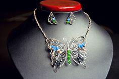 Motýlí souprava Náhrdelník a náušnice z nerez oceli ve tvaru motýla a motýlích křídel. Zakomponované minerályLapis Lazuli, Hematit, Achát a říční perly.
