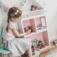 Detta dockhus är ju helt magiskt, vi vet av erfarenhet ! 😍😍😍   Credit: @home_on_the_hill   #barnrum #kidsroom #barnrumsinredning #kidsdecor ⠀ #finabarnsaker #kidsinterior #kidsdesign #kidsperation #barneroom #inspirationforpojkar #kidsinspo #kidsdeco⠀ #nordickidsliving #kidsperation #myroom #barn #exklusiv #baby #inspirationforflickor #barnruminspo #barnrumsdetaljer #barnrumsinspiration #finahem #finabarnsaker #barnerum #mittbarnerom