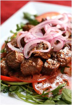 I am sooooo craving the bo luc lac from a restaurant that is now closed. :(  The pickled onions of this one look so yummy.
