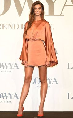 Satin Glow from Fashion Police Model Taylor Hill looks sleek in a satin orange dress and bright orange pumps at the the Lowya press conference in Tokyo, Japan. Taylor Marie Hill, Taylor Hill Style, Avant Premiere, Looks Chic, Couture, Bollywood Fashion, Bollywood Saree, Orange Dress, Sexy Legs