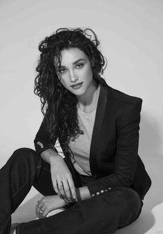 Débora Nascimento fala sobre amor, moda e beleza em entrevista exclusiva