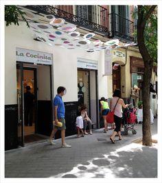 Proyecto 7: intervención efímera y low cost en la fachada de La Cocinita. Evento: Molavide. Lugar: Barrio de Trafalgar, Madrid. El conjunto: toldo hecho con blondas y zócalo de pizarra. http://reformasdediseno.com/retrospectiva-de-molavide-asi-se-hizo-la-intervencion-en-la-cocinita/#