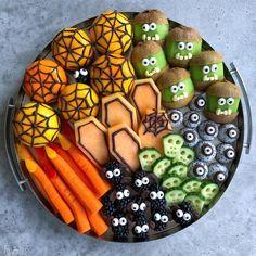 Halloween Snacks, Comida De Halloween Ideas, Healthy Halloween Treats, Halloween Dinner, Happy Halloween, Halloween Photos, Fruit Presentation, Holiday Party Appetizers, Food Styling