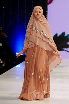 Para model saat mengenakan busana muslim koleksi Si.Se.Sa pada fashion show yang bertajuk 'Syar'I for Urban' di Hotel Dharmawangsa, Jakarta… #1637180 Muslim Women Fashion, Womens Fashion, Moslem Fashion, Abaya Designs, Hijab Dress, Muslim Girls, Abaya Fashion, Mode Hijab, Fashion Show
