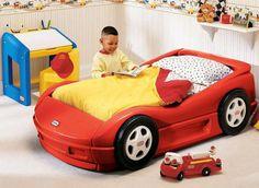 Fai dei sogni sfreccianti come l'Autoletto Rosso Little Tikes!!! Con una linea sportiva e ruote da automobile da corsa, questo lettino rende facile e divertente arrampicarsi fuori. Molto basso e con bordi arrotondati per saltarci sopracomodamente. Assemblaggio semplice!! Rete e materasso INCLUSI!!