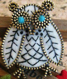 Enjoy these delightfully cute felt & zipper crafts by Odile Gova aka woolyfabulous. Odile is a SAHM of two, currently residing in Scarba.oro...