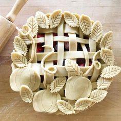 Inspiration for pretty pumpkin pie: cut the decorations using cookie cutters, or simply a knife Beautiful Pie Crusts, Pie Dessert, Dessert Recipes, Pie Crust Designs, Pie Decoration, Pies Art, Pie In The Sky, My Pie, Pie Crust Recipes