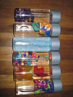Créez des bouteilles sensorielles en faisant flotter divers objets dedans: des perles, des paillettes....