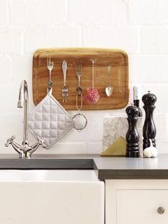 Das nennen wir mal eine individuelle Wandaufhängung für die Küche. Um das Küchenregal nachzubauen brauchen Sie Besteck und ein altes Brett.