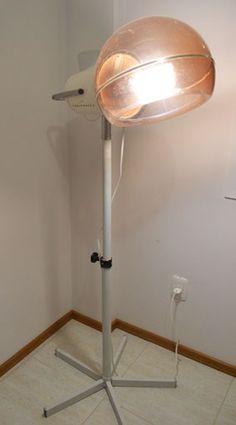 """Antigo secador de cabelos, daqueles utilizados em """"institutos"""" de beleza. Agora, o secador é uma bela luminária de chão. =)"""