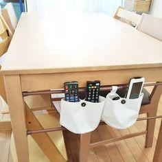 「リモコン置き場」を一応、テレビ台のビデオの上に決めているものの・・・ 気づけばいつもテーブルの上に。 では、置き場をテーブルにしてしまいましょう。 スペースを取らずに、可愛く、安く、簡単にできました。 Geometric Decor, Japanese Interior, Room Planning, Storage Rack, Home Hacks, Organization Hacks, Declutter, Decoration, Natsuko