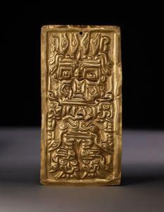 9/ HORIZON ANCIEN, CHAVIN - Plaque, décor de félin anthropomorphisé. Chavín, Chongoyape, vallée de Lambayeque, 400-300 av JC. Or, 21 cm, DumbO. Feuille martelée et repoussée, alliage or-argent naturel. Dieu aux bâtons, lecture complexe. Crocs, cheveux en serpents, deux pattes et griffes, repose sur deux autres gueules qui reprennent le visage de l'être principal. Très caractéristique de Chavín ; une autre pièce est très similaire.