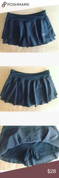 🎾 Nike sport tennis skirt 🎾 💝 Nike dry fit sport tennis skirt in size M and black color, it has the sport shorts underneath 💝 Nike Skirts Mini