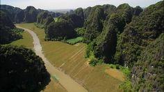 次回9日は、ベトナムの『チャンアンの景観』。写真を見て、地形に詳しい人はピンとくるのでは? 塔のような岩山が立ち並ぶ<カルスト地形>です。石灰岩の台地を、風雨や川が削り出しました。渓谷の中を、1本の川がゆったりと流れてゆきます。