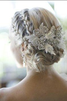 Elegante peinado de novia formado por dos trenzas acabadas en un recogido y un brillante adorno