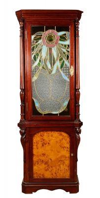 35006682.Vitrina modernista, hacia 1900. Madera tallada, chapeado de raíz y vidrio emplomado. Medidas: 187 x 61,5 x 38 cm.