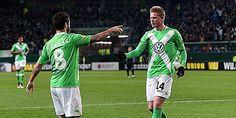 Schlag ein: Vieirinha jubelt mit De Bruyne (re.). Europa League, Kicker, Sports, Mens Tops, Football Soccer, Hs Sports, Sport
