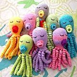 O bebês amam os pequenos polvos. Eles têm sido imprescindíveis para ajudar bebês em recuperação nas maternidades. Quem sabe fazer ganha o sorriso de um nenê! #foradesérie #criatividade #polvo #crochê #amigurumi #brinquedo #colorido Da loja Bebê Bonito