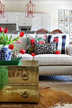 złota półka, ładnie kontrastujące czerwone elementy: lampy, kwiaty, pompony, obrazki na ścianie też mi się podobają