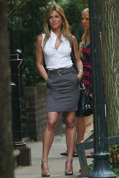 Classic white, sleeveless button down shirt, grey pencil skirt, black JF Provoke bag, and grey Macey heels Provoke - Jennifer Aniston Estilo Jennifer Aniston, Jennifer Aniston Photos, Jenifer Aniston, Sexy Work Outfit, Work Attire, Office Attire, Mode Outfits, Fashion Outfits, Summer Work Outfits