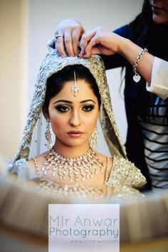 I like that her necklace isn't over-the-top, and doesn't look cheap! It compliments her lehnga very well. Pakistani Makeup Looks, Pakistani Bridal Makeup, Indian Bridal Wear, Beautiful Bridal Makeup, Bridal Beauty, Wedding Beauty, Pakistan Bride, Beautiful Indian Brides, Different Makeup Looks