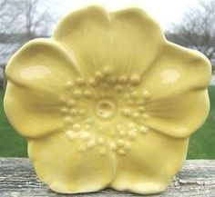 APW: I have this in 3 colors. McCoy flower forms - yellow wall pocket ~ have this one Mccoy Pottery Vases, Antique Pottery, Roseville Pottery, Pottery Art, Pottery Clay, Pottery Studio, Vintage Ceramic, Ceramic Art, Handmade Ceramic
