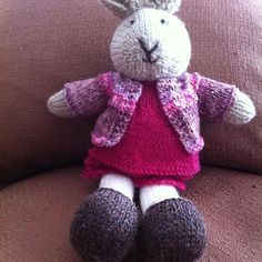"Se va ""Ingue"" con sus dos tenidas#knittingtoys #knittingbear #knittinglove #knittingaddict #tejidosamano #knittingrabbit ""hechoamano #tejidosdosagujas"